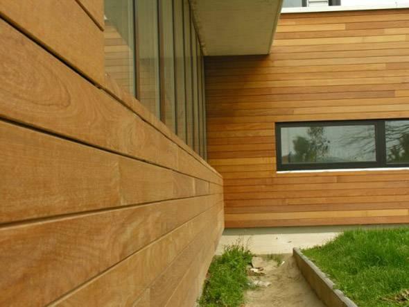 Натуральная древесина во все времена ценилась за экологичность и самобытный вид, который обретает отделка фасада деревянным сайдингом