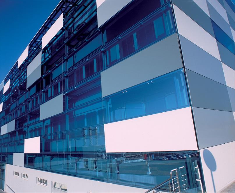 Стеклянные панели – оригинальный вариант облицовки зданий в современном стиле