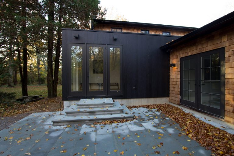 Деревянный или вуд-сайдинг продолжает украшать экстерьеры современных домов, а также коттеджи в духе деревенской усадьбы