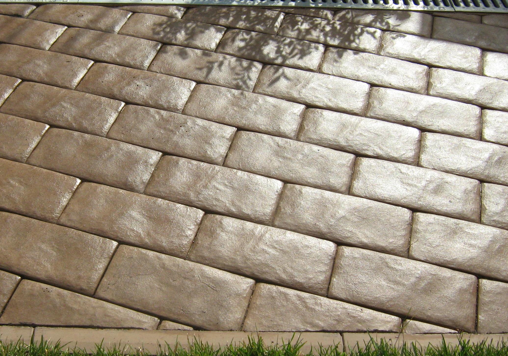 Тротуарное покрытие с нанесенным на него водоотталкивающим составом